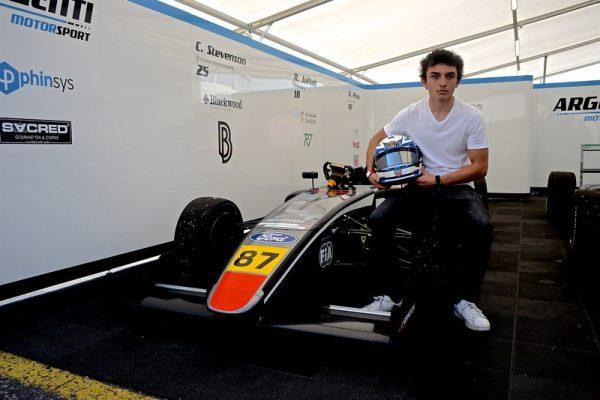 Nico Pino hace un giro en su estrategia para acelerar la captación de recursos que sostengan temporada en la F4 británica